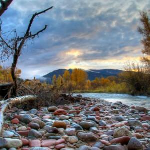 фото: камни на берегу реки