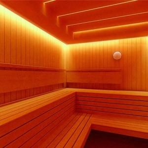 фото: полок бани покрытый лаком
