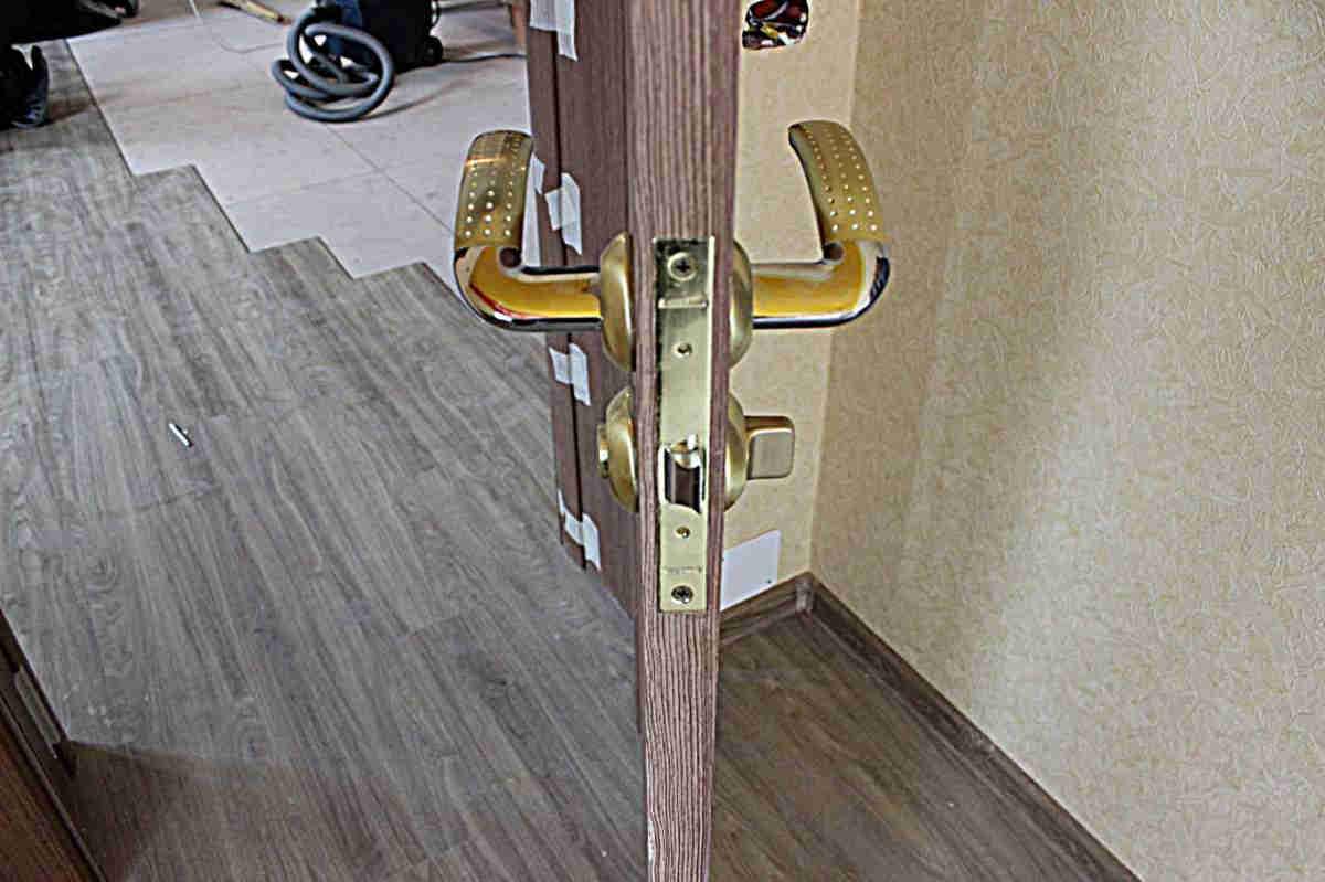 Установка защелки межкомнатных дверей своими руками