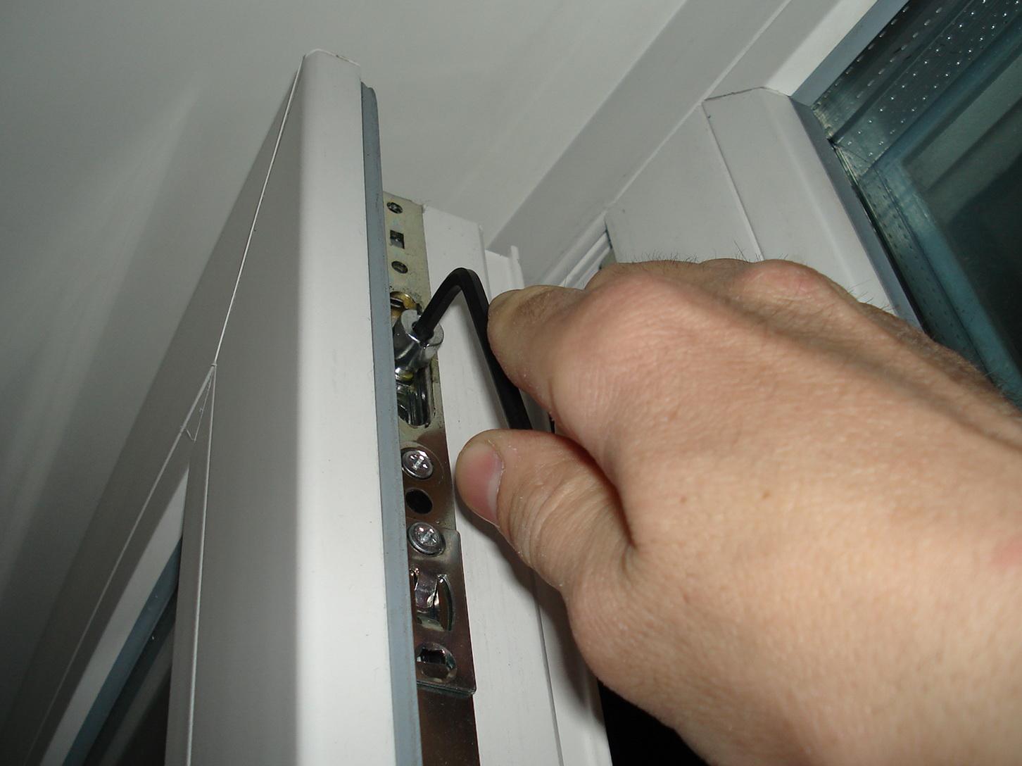 Как отрегулировать балконную пластиковую дверь скрипучая..