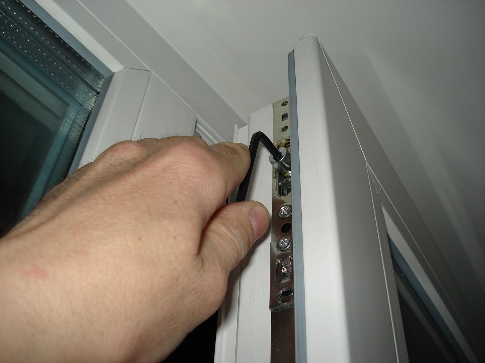 Замена фурнитуры на пластиковом окне своими руками