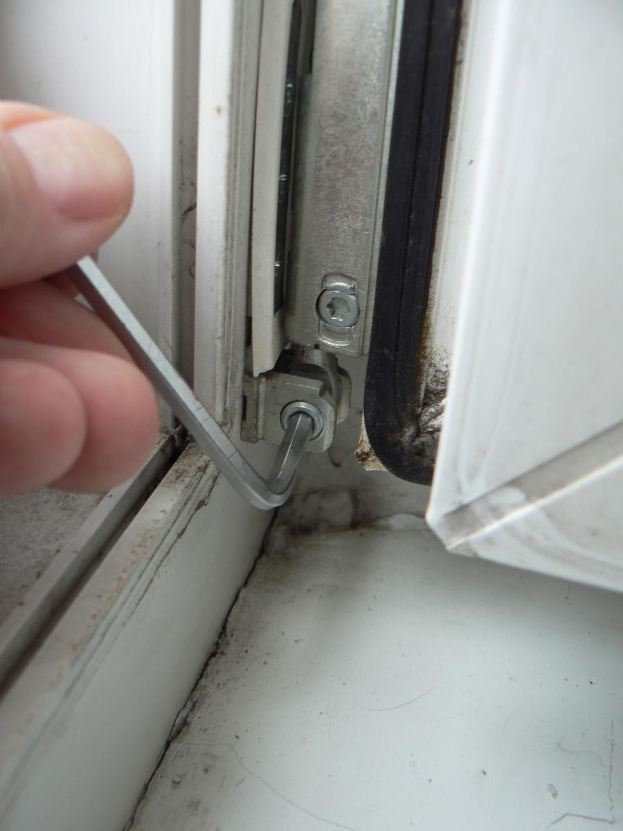 Перестала закрываться балконная дверь пластиковая что делать.
