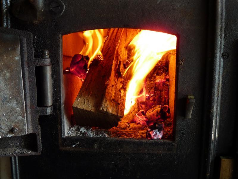 Топка печи в бане дровами