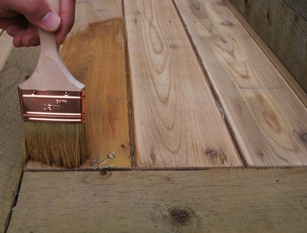 Нанесение восковой пропитки для защиты древесины в парилке