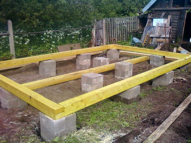 Возведение фундамента недорогой бани на загородном участке