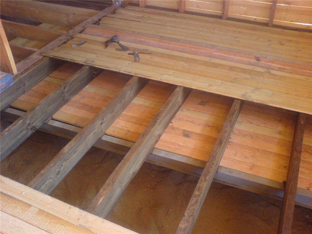 Деревянный черновой пол в бане лучше размещать в зоне раздевалки